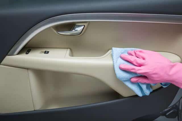 ניקוי דלתות הרכב