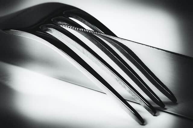 """סכין ומזלג (סכו""""ם נקיים)."""