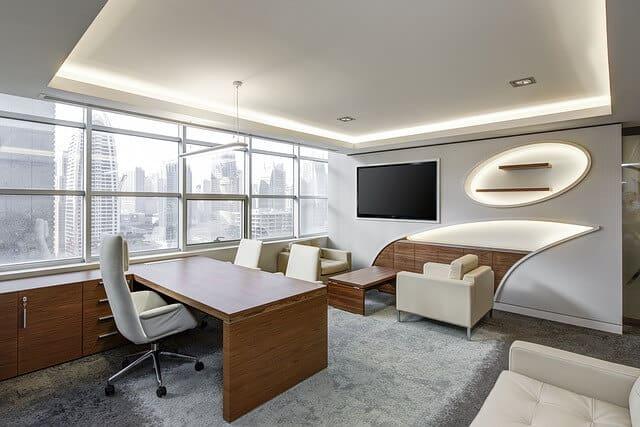 משרד עם שטיחים מקיר לקיר
