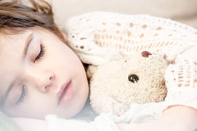 ילדה, ישנה, דובי.