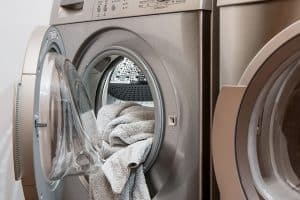 מכונת כביסה עם בגדים