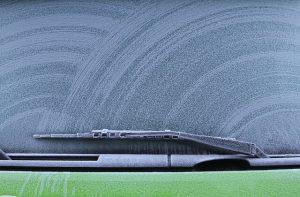 ניקוי שמשת רכב וחלונות – המדריך להסרת מדבקות ולכלוך