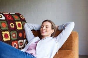 אישה יושנת רגוע על הספה