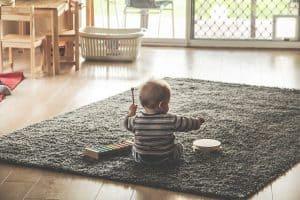 תינוק, שטיח, תופים.