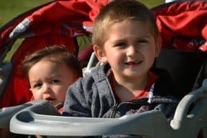 ילדים מחייכים בעגלה תינוק נקייה