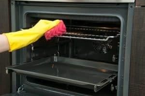 ניקוי תנורים עם כפפות