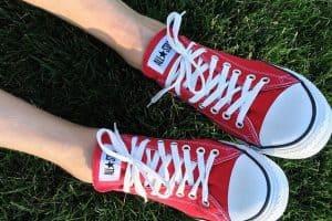 נעלי בד אדומות לבנות