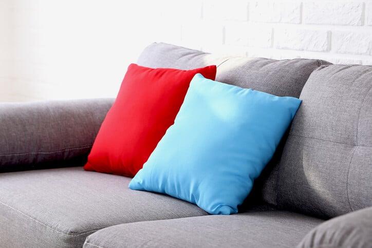 ספת כותנה עם כרית כחולה וכרית אדומה