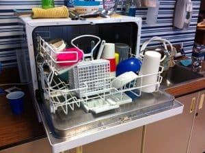 מדיח כלים עם כלים