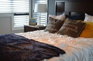 חדר שינה, מזרונים, כריות, חלון.