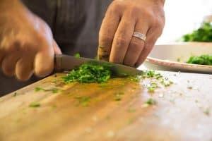 קרש חיתוך, סכין, ירקות.