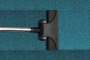 ניקוי שטיחים מקיר לקיר כחול עם שואב