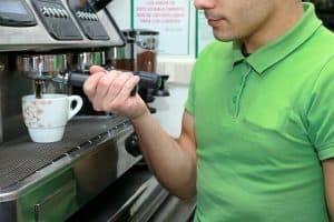 איש, חולצה ירוקה, מכונת קפה.
