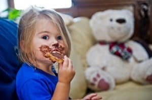 ילד אוכל שוקולד