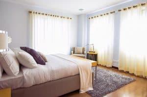 חדר שינה, ווילון, שטיח, מיטה, כריות.