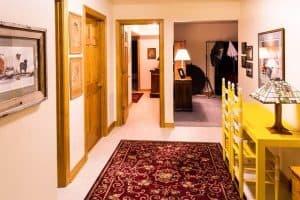 דלת עץ, שטיח, חדר, תמונה.