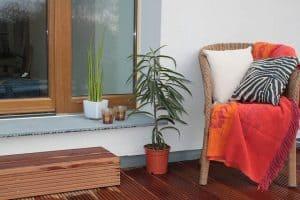 כורסא, חלון, שולחן עץ