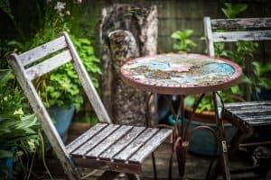 חצר בית, כיסא, שולחן.