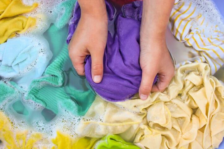 ניקוי בגדים, ניקוי צבע שעבר מבגד לבגד, כביסה ביד