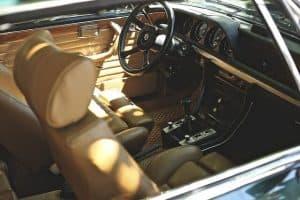 רכב, פנים הרכב, הגה, מושבים