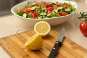 ניקוי סכינים עם לימון או חומץ