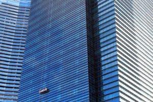 ניקוי חלונות בגובה בבניין גורד שחקים