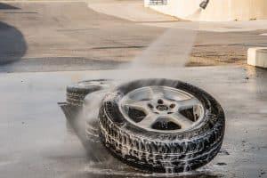 ניקיון בלחץ מים לגלגל רכב