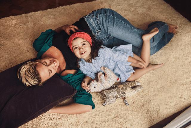 שטיח נקי, אמא ובת, אווירה בייתית