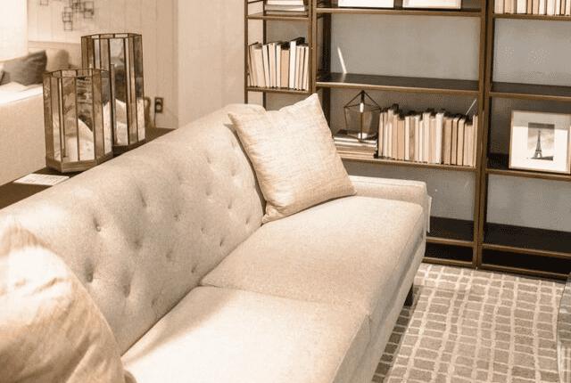 ספרייה, שידת ספרים, ספה בצבע שמנת