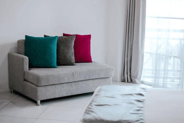 ספה עם כריות צבעוניות