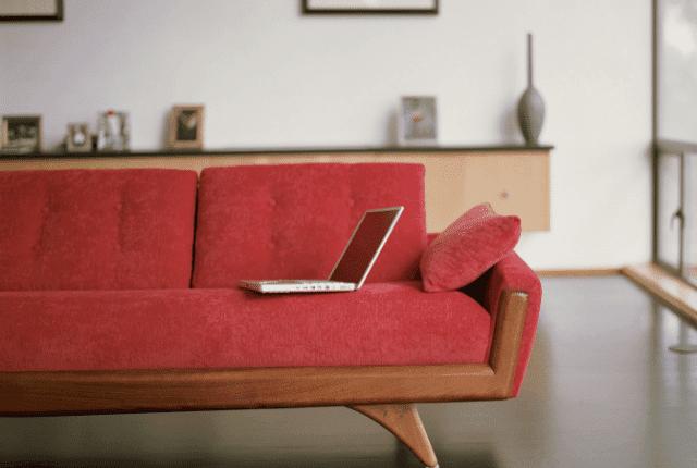ספה בגוון אדום, מחשב נייד, פינת ישיבה