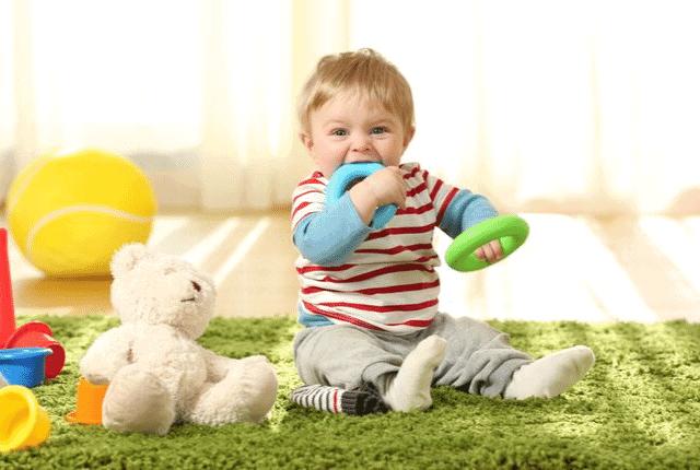צעצועים, שטיח ירוק, תינוק קטן