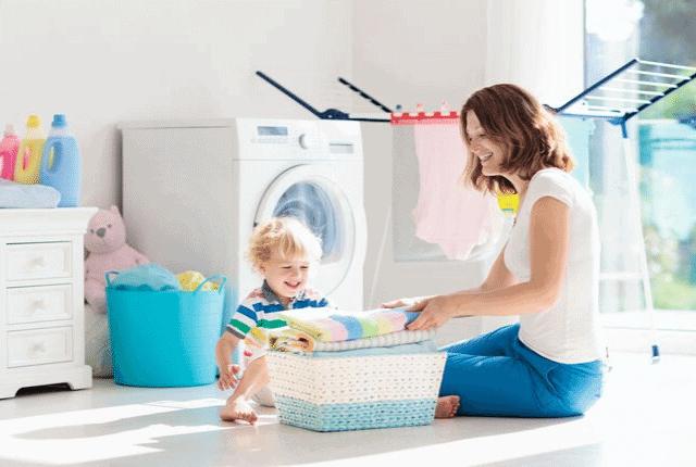 מרפסת, מכונת כביסה, בגדים, אמא וילד