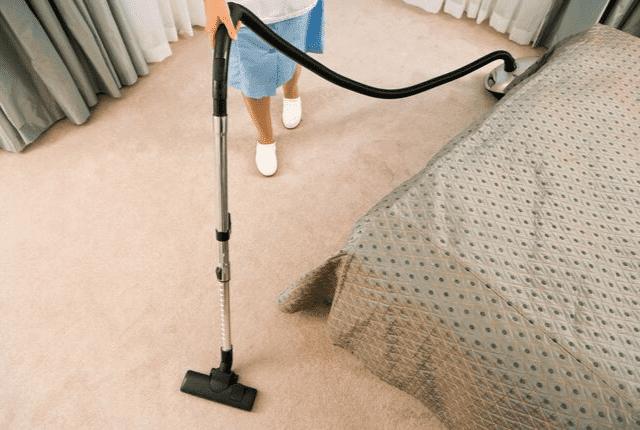 ניקוי שטיח וריפוד בבית עם מכונה מיוחדת