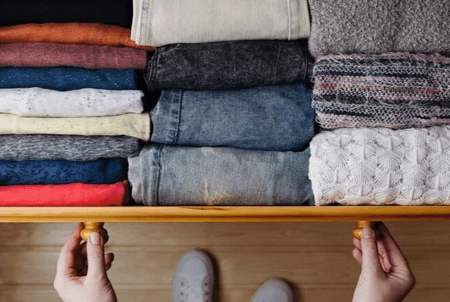 סידור בגדים בארון