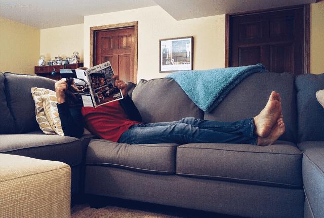 התרווחות על ספה, קריאת עיתון