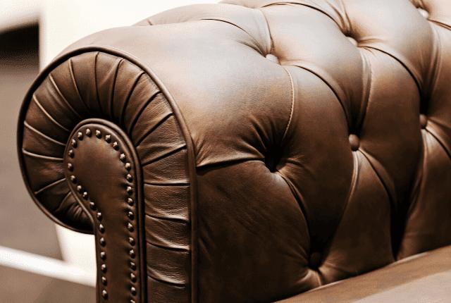 ספה מעור בצבע חום מבריקה