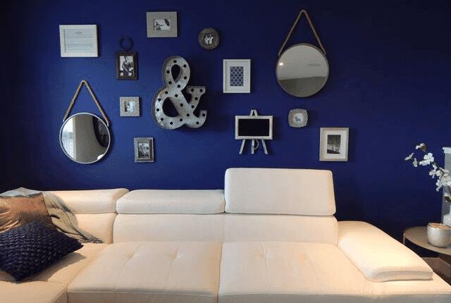 רקע כחול, סלון מעוצב, ספה מחודשת